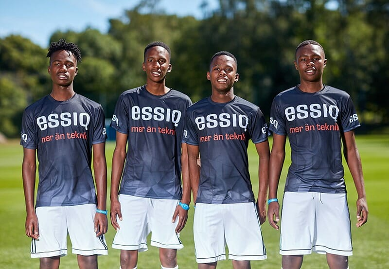 Fotbollslaget från Project Playground i ESSIQ-tröjor